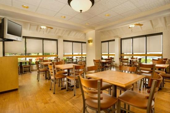 Pear Tree Inn St. Louis Airport: Breakfast Area
