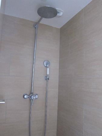 "Residence Le Pre aux Clercs: ""Suite"" shower"
