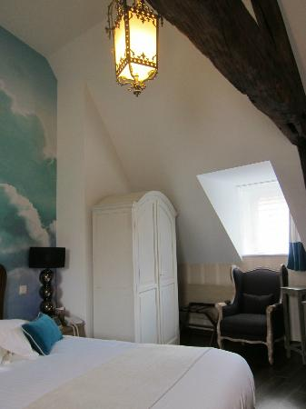 """Residence Le Pre aux Clercs: """"Suite"""" exposed beas and painted walls"""