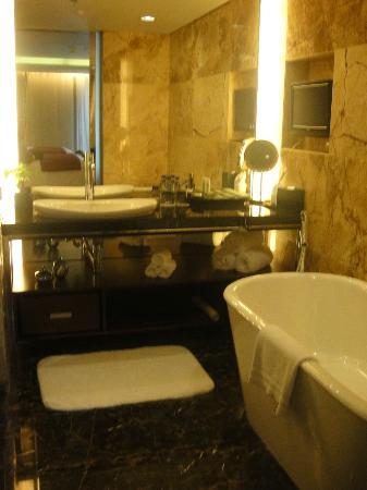 JW Marriott Hotel Shenzhen: tv in the bathroom