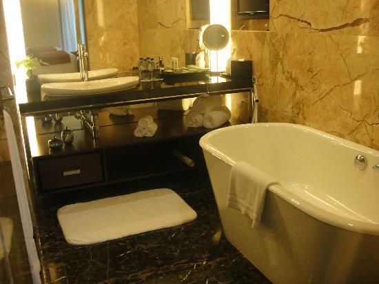 JW Marriott Hotel Shenzhen: clean bathroom with deep tub