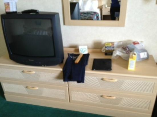 Bavarian Haus Lakefront Inn: older dresser but clean