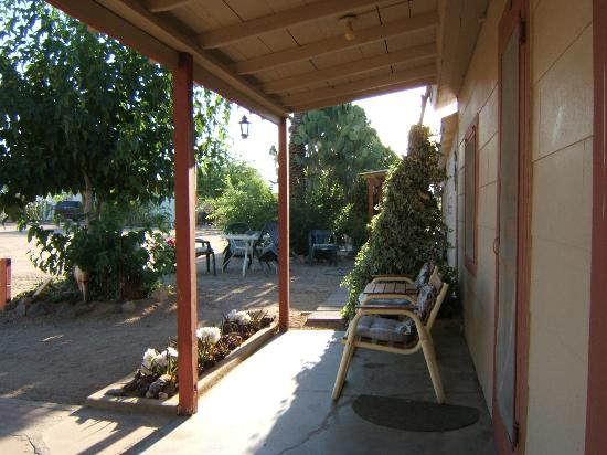 Sierra Vista Motel: Front of Rooms Porch