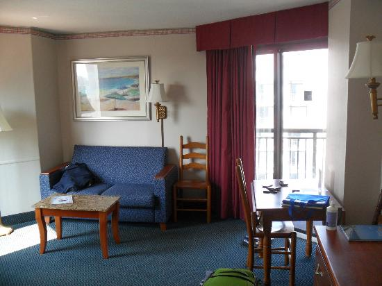Dayton House Resort: Living room/dining room area with balcony door access, the other wall had a hideaway bed in the