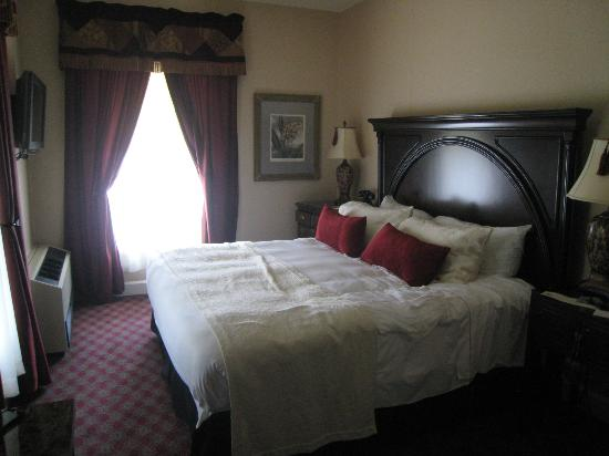 The Martha Washington Inn and Spa: Comfy Bed