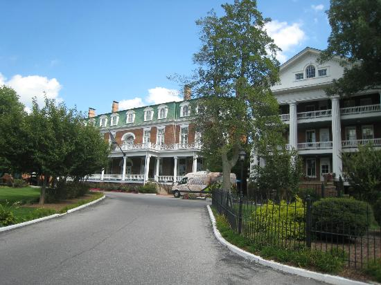 The Martha Washington Inn and Spa: Front view of hotel