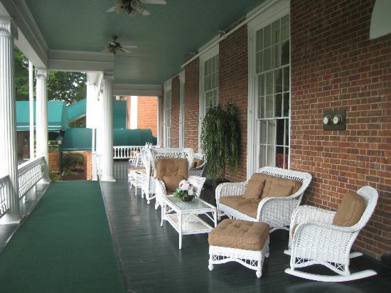 The Martha Washington Inn and Spa: Front Porch