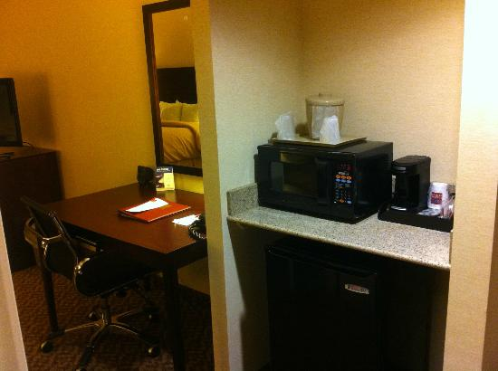 Comfort Suites Cicero - Syracuse North: Work area, fridge/micro