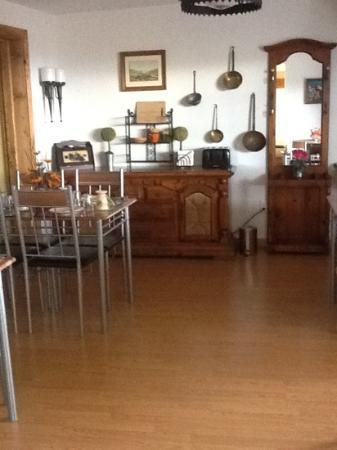 Globetrotter Lodge: breakfast room's homey decor