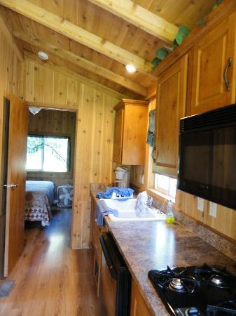 Crater Lake Resort : kitchen