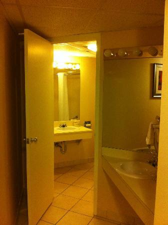 Best Western Syracuse Airport Inn: Entrance to bathroom