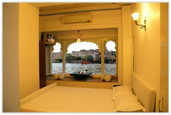 Hotel Natural Lake View: Balcony and Sitting area with a view of City palace Udaipur