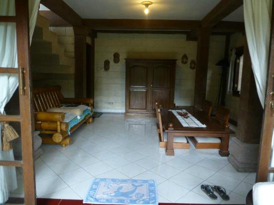 Tirta Arum Guest House: first floor/living/dining room