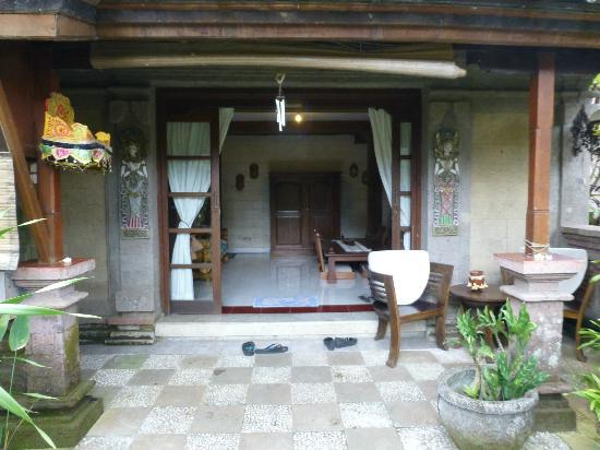 Tirta Arum Guest House: main door/porch