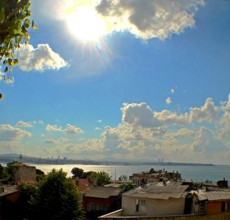 Tulip Guesthouse: rooftop view of the Bosporus