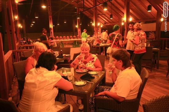 Siddhalepa Ayurveda Health Resort: Beach Restaurant @ night