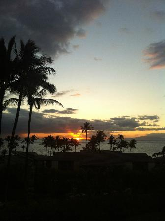 Wailea Elua Village: sunset from the front of grounds of the Elua Village