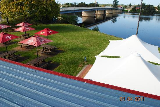 Moruya Waterfront Hotel Motel : Overhead view of Beer Garden