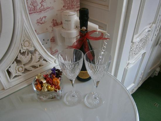 Tower Guest House: Wine and chocs