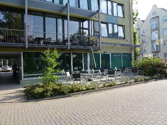 Atlantic Hotel am Flötenkiel: Terrasse vor dem Parkplatz