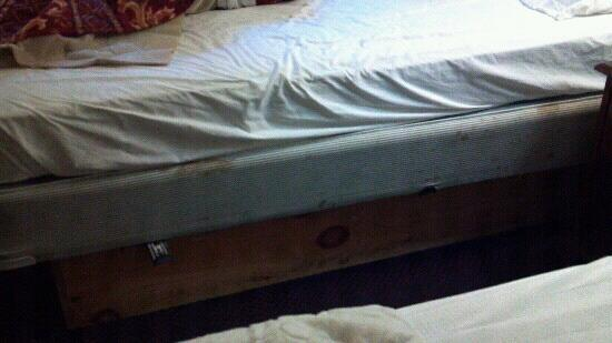 Travelodge Lake Park Valdosta: Stains all over the mattress and box spring