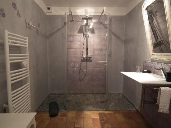 Moulin de Villefranche: salle de bain de la suite familiale