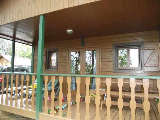 Camping Le Montant : Vue du chalet avec terrasse
