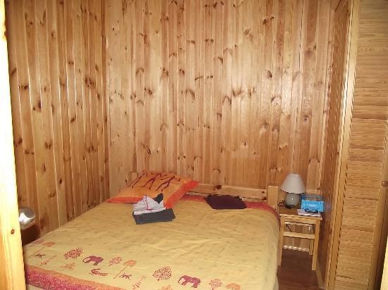 Camping Le Montant : Chambre avec lit double