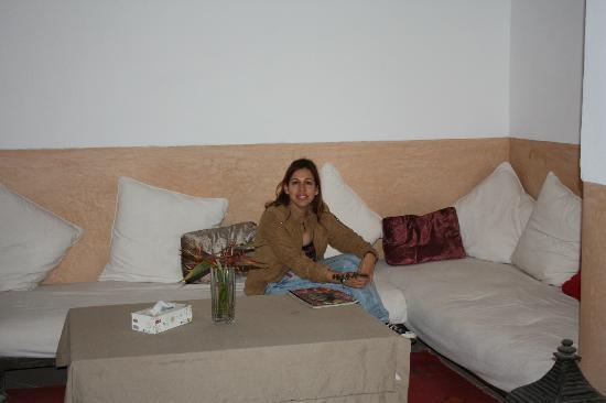 Riad Dar Baya: sofa con revistas en una estancia del patio .