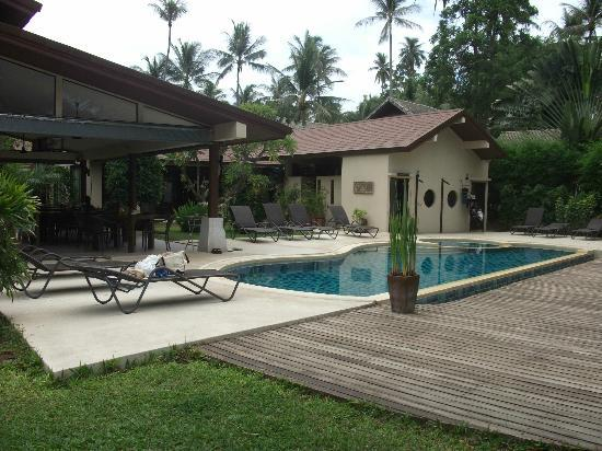 Samahita Retreat: Dining area, pool and grounds