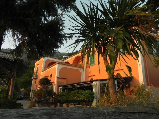 Agrituristica La Ginestra: Das Hauptgebäude im Abendlicht