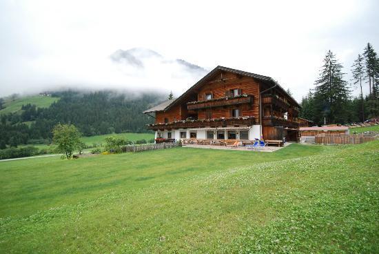 Waldruhe : La facciata laterale dell'Hotel adagiato sui prati e avvolto dalle nubi