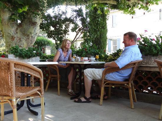 Le Castelet des Alpilles: Breakfast on the patio