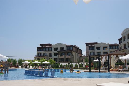 Green Life Beach Resort: Бассейн с большой детской зоной