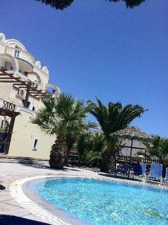 Marc Aggelos Studios: Il residence visto dalla piscina