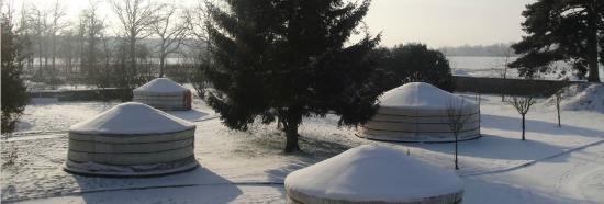 Nomade Lodge en plein hiver et  les Yourtes sous la neige