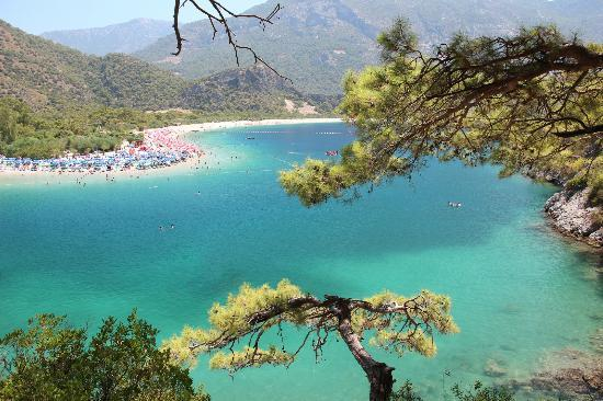 Playa de Oludeniz: The view from the hill opposite. Rent a canoe and climb up the rocks