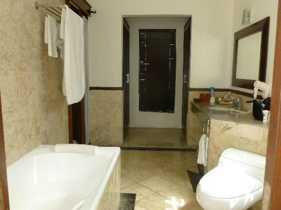 Dampati Villas: Indoor bathroom with bath