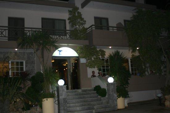 بانثيون هوتل: front of the hotel late at night 