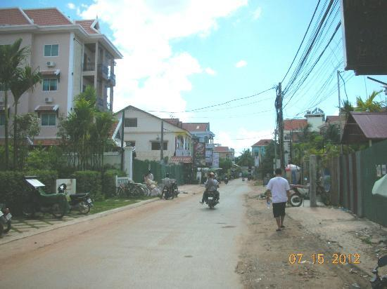 Cheathata Angkor Hotel: road leading to hotel coming  from Pub St.