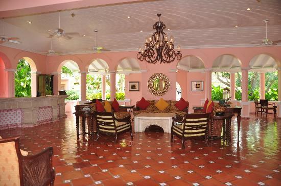 Fairmont Royal Pavilion: The lobby