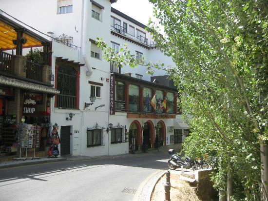 جادالوب هوتل: Hotel entrance. The tree is on the Alhambra grounds.