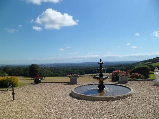 New House Country Hotel: Fountain and views