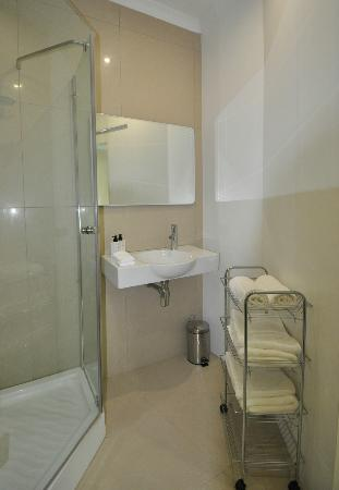 South Villa Guest House: Bathroom in Standard Double