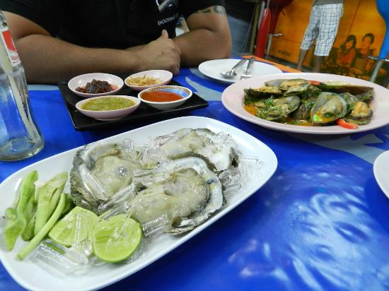 Mit Samui Restaurant: Fresh oysters & accompaniments!