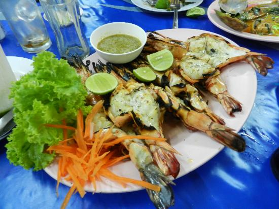 Mit Samui Restaurant: Barbequed prawns with garlic
