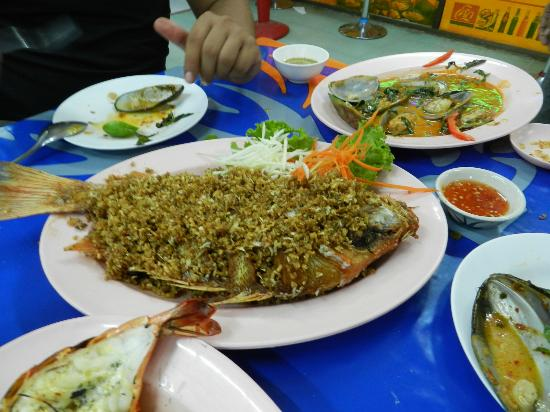 Mit Samui Restaurant: Whole fried red snapper with garlic