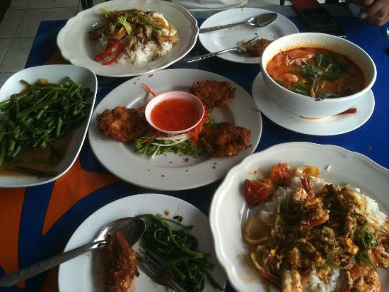 Mit Samui Restaurant: Prawn cakes, seafood soup, morning glory, thai curried prawns & stir fry