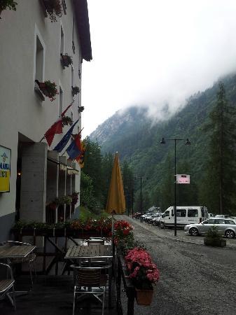 Hotel Walser: Carretera de entrada al pueblo y hotel