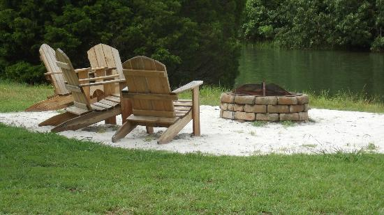 The Inn at Tabbs Creek Waterfront B&B: Firepit and waterside chairs